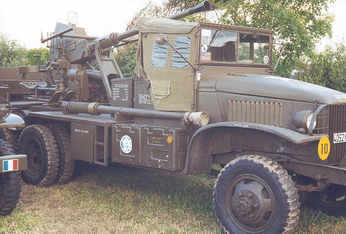 Canon de 40 mm Bofors sur châssis de CCKW 353.  Ces engins ont été mis au point par les hommes de la 2ème DB et...